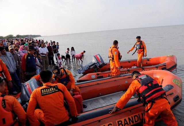 Cơ quan chức năng Indonesia đang tiếp tục công tác tìm kiếm cứu nạn vụ máy bay đâm xuống biển