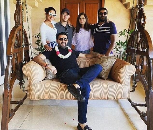 Cặp đôi tranh thủ chuyến về Ấn Độ để thăm thú bạn bè