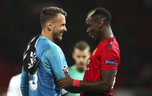 Pogba (phải) đang thi đấu quá tệ, nhưng Mourinho vẫn cho cầu thủ này ra sân