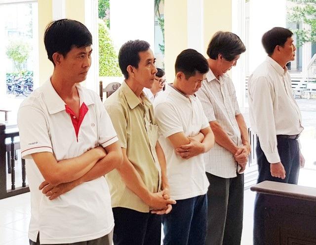 Các bị cáo tại tòa, ông Ngô Hồng Phi (thứ 2 từ phải qua).