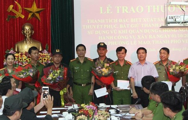 Đại úy Phạm Văn Hội (đứng giữa) và lãnh đạo các đơn vị nghiệp vụ nhận khen thưởng của Ban giám đốc Công an tỉnh Nghệ An.