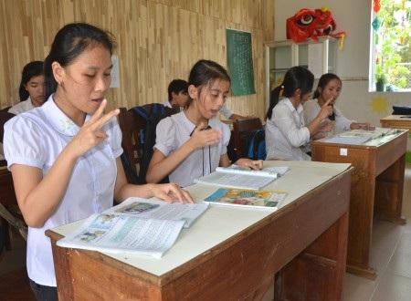 Học sinh đang sử dụng ngôn ngữ kí hiệu ở Quảng Ngãi (Ảnh: Hồng Long).