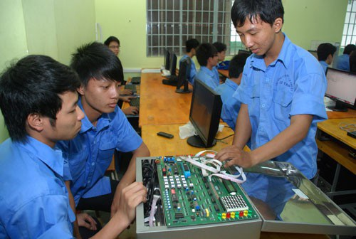 Học sinh thực hành tại một trường CĐ nghề tại TP HCM. (Ảnh: Tấn Thạnh)