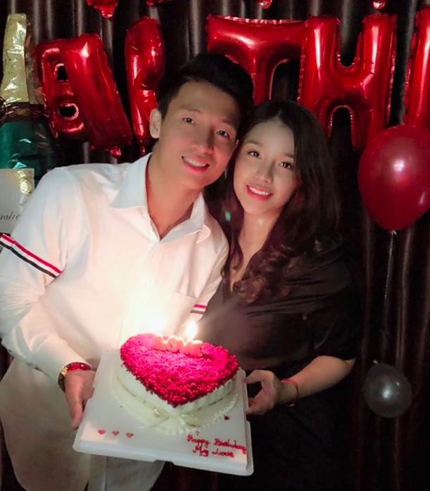 Hình ảnh Bùi Tiến Dũng ngọt ngào bên bạn gái trong ngày sinh nhật