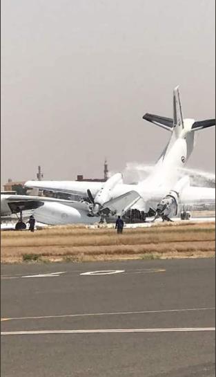 Hiện trường vụ hai máy bay quân sự đâm nhau trên đường băng (Ảnh: RT)