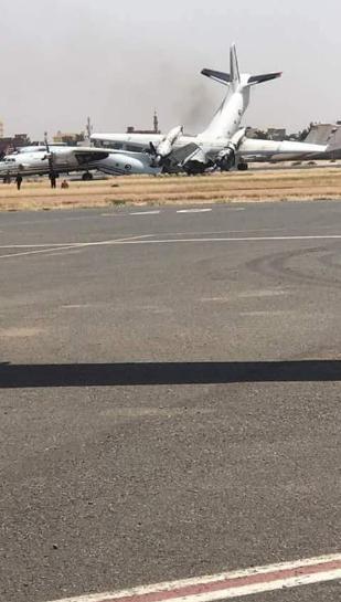 Một máy bay bị gãy làm đôi sau vụ tai nạn. (Ảnh: RT)
