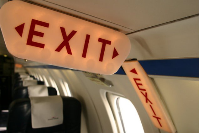 Xác định vị trí cửa thoát hiểm nơi gần nhất khi ổn định chỗ ngồi trên máy bay