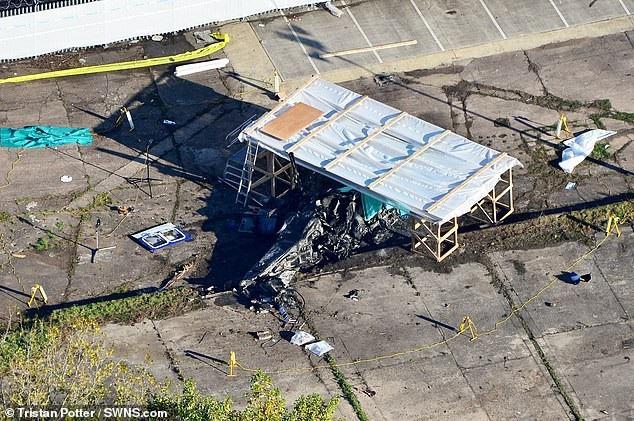 Các điều tra viên đang tìm hiểu nguyên nhân vụ tai nạn từ xác máy bay đã cháy đen vì rơi và phát nổ (Ảnh: SWNS)