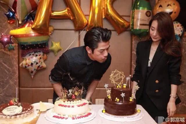 Ngày 26/10, thiên vương Hồng Kong Quách Phú Thành đã tổ chức một bữa tiệc sinh nhật ấm cúng và hạnh phúc bên gia đình. Năm nay, anh bước sang tuổi 54 và mới lập gia đình được hơn 1 năm. Kết hôn muộn nhưng đúng người, Quách Phú Thành luôn tự hào về mái ấm của mình.