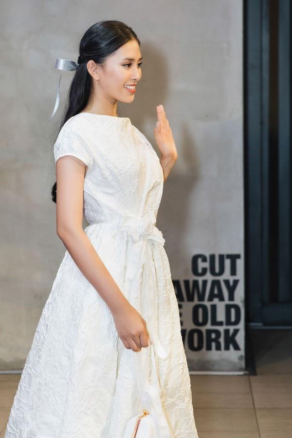 Mới đây, khi dự buổi ra mắt phim tại TP.HCM ngày 30/10, Hoa hậu Việt Nam 2018 gây ấn tượng với phong cách nhẹ nhàng, lãng mạn. Cô chọn thiết kế tông trắng với chất liệu vải cao cấp của hai NTK Vũ Ngọc & Son.