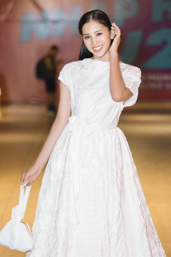 Lần đầu làm việc cùng Hoa hậu Tiểu Vy, hai NTK dành niều lời khen cho nhan sắc 18 tuổi. Hoa hậu Việt Nam 2018 được cho là sở hữu nhan sắc ưa nhìn và hiện đại nhưng không kém phần nữ tính. Tính cách của người đẹp cũng thân thiện, dễ gần...