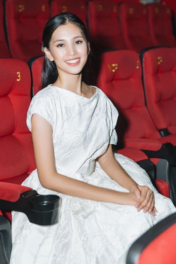 """Hoa hậu Tiểu Vy diện đầm trắng xinh như """"đoá trà my"""" - 6"""