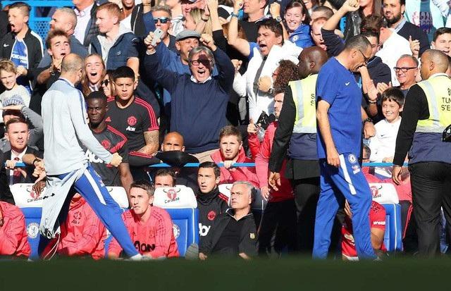 Trợ lý HLV Marco Ianni khiêu khích HLV Mourinho
