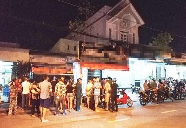 Người dân tập trung bên ngoài căn nhà xảy ra vụ việc. (Ảnh: CTV)