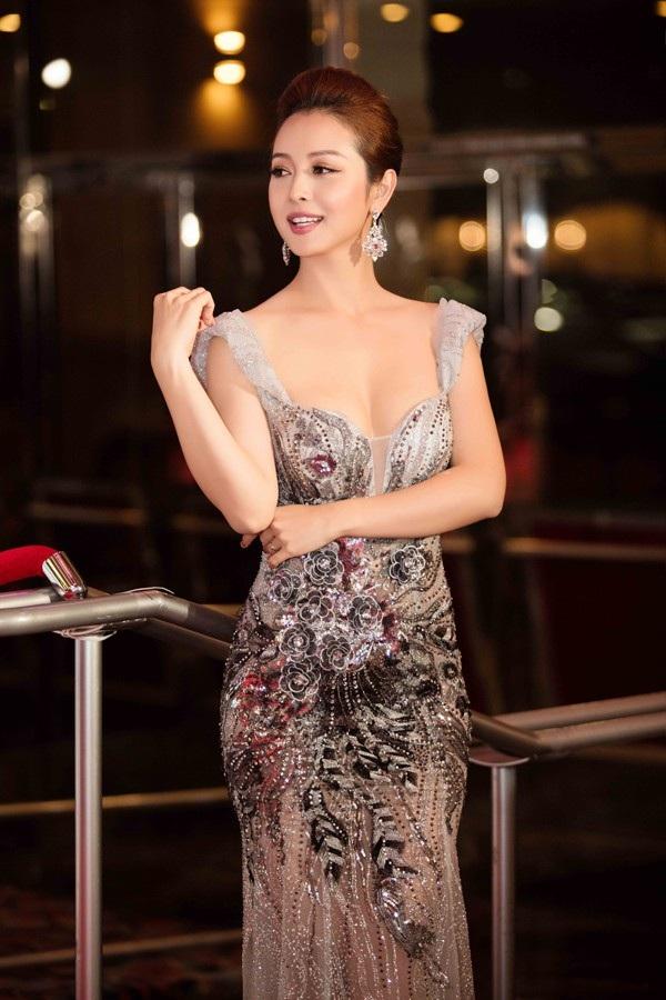 Khả năng tiếng Anh cùng gương mặt đẹp là yếu tố giúp Jennifer Phạm ghi điểm.