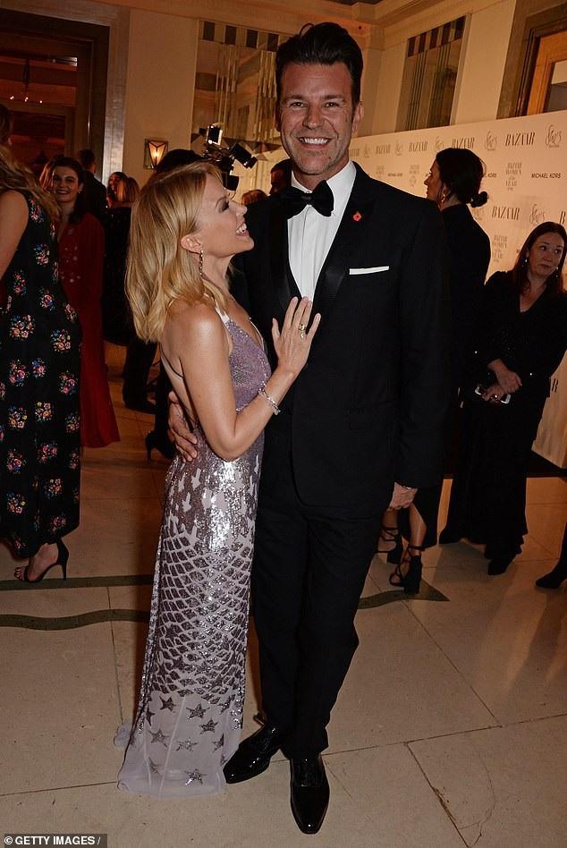 """Trước khi quen Paul, Kylie từng tuyên bố, """"kết hôn"""" là hai từ không bao giờ tồn tại trong cuộc sống của cô. Người đẹp khẳng định sẽ không lập gia đình khi sắp bước sang tuổi 50. Tuy nhiên, mối tình với Paul đã khiến Kylie vui vẻ trở lại, cô cười nhiều hơn, lạc quan hơn và đặc biệt là không còn suy nghĩ tiêu cực về hôn nhân."""