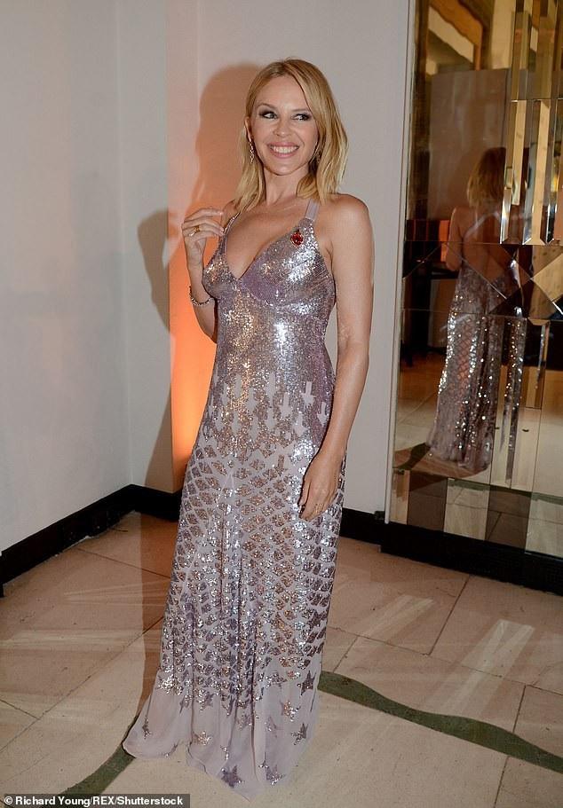 Kylie Minogue thu hút mọi ánh nhìn với nụ cười rạng ngời hạnh phúc khi tới dự lễ trao giải Người phụ nữ của năm của tạp chí Harpers Bazaar, tổ chức tại London, Anh, tối qua 30/10.