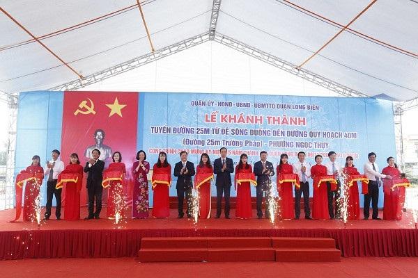 Các đại biểu dự lễ khánh thành và gắn biển công trình tuyến đường 25m Trường Pháp.