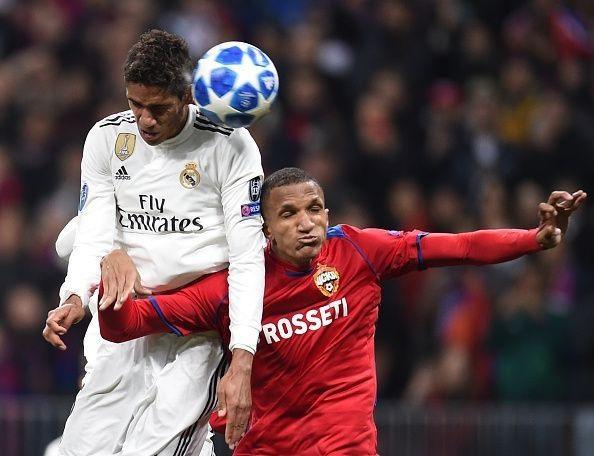 Hậu vệ Raphael Varane (trái) thường không theo kịp các cầu thủ tấn công của đối phương