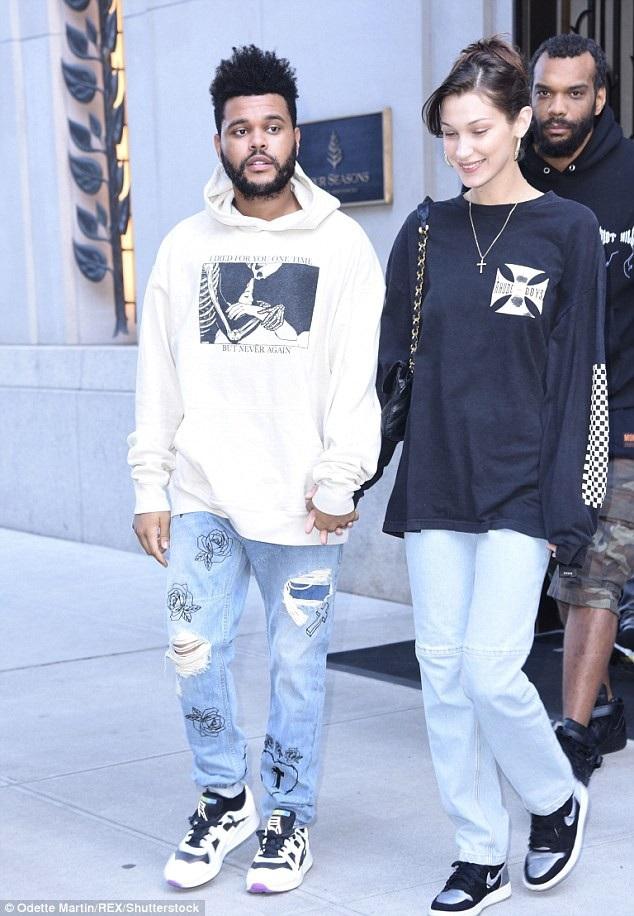 Bella Hadid và bạn trai The Weeknd nắmtay nhau đi xem phim ở New York ngày 3/10 vừa qua