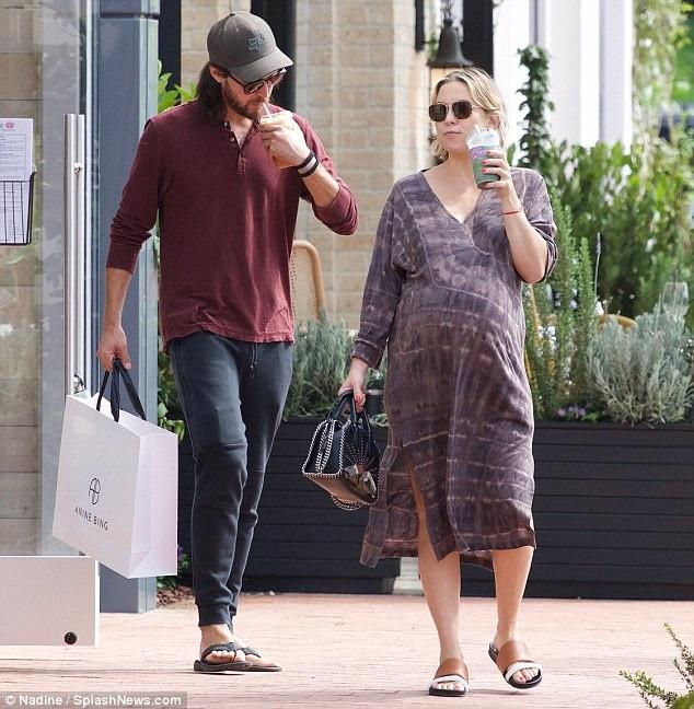 Nữ diễn viên phim Kỳ đà cản mũi vẫn gọn gàng và nhanh nhẹn khi ra phố vào cuối tuần trước