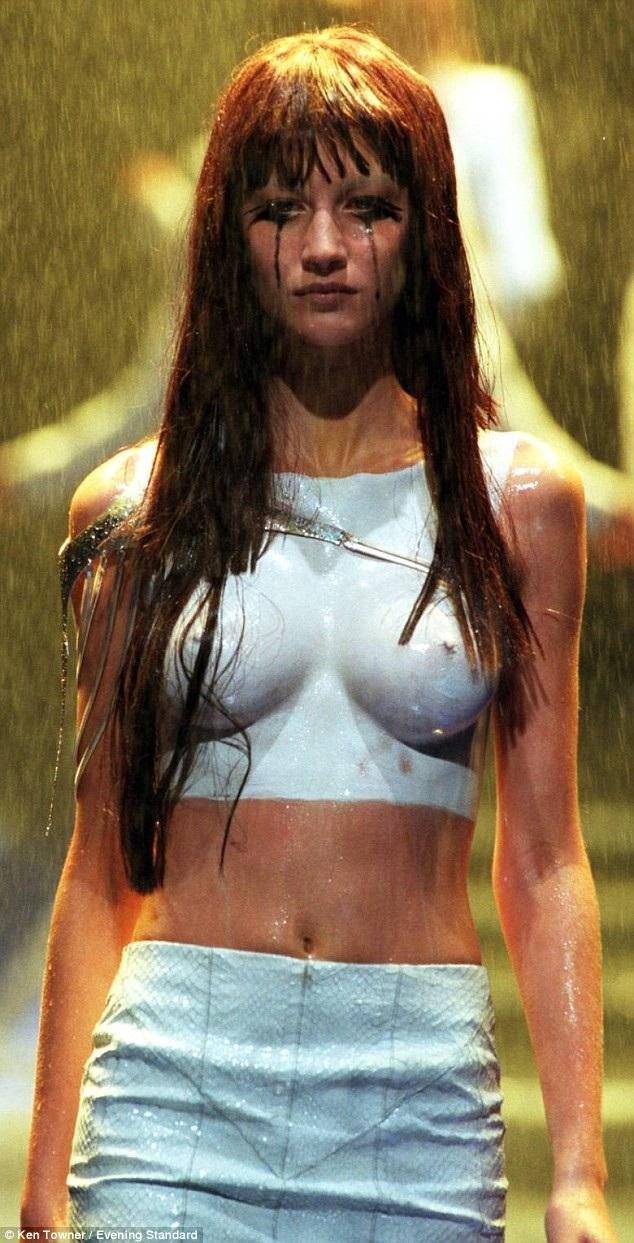 Người mẫu Gisele Bundchen năm 18 tuổi đã bị yêu cầu trình diễn ngực trần trong một show thời trang. Khi ấy, cô đã suýt nữa bỏ về.