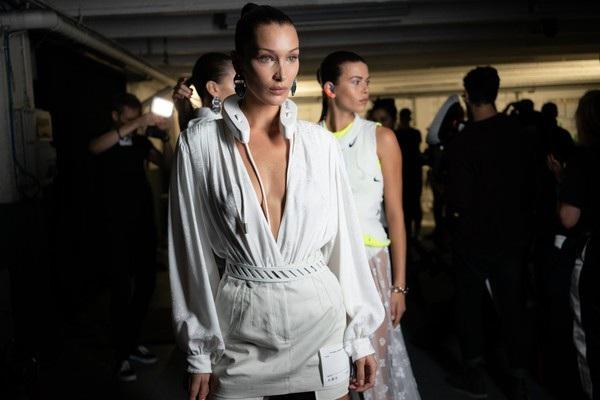 Bella Hadid vừa trở về từ tuần lễ thời trang Paris
