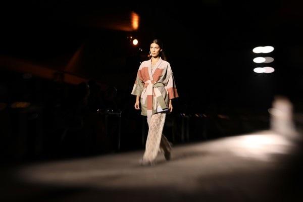 Trước đó cô trình diễn tại tuần lễ thời trang Milan