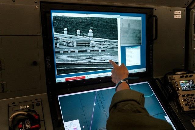 Máy bay trinh sát Mỹ phát hiện các tháp radar, nhà chứa máy bay và các tòa nhà cao 5 tầng xuất hiện trên đá Chữ Thập tại Biển Đông (Ảnh: New York Times)