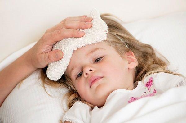 Trẻ viêm amidan thường kèm theo sốt, khó chịu vùng họng khiến nhiều cha mẹ lo lắng. Ảnh: minh họa
