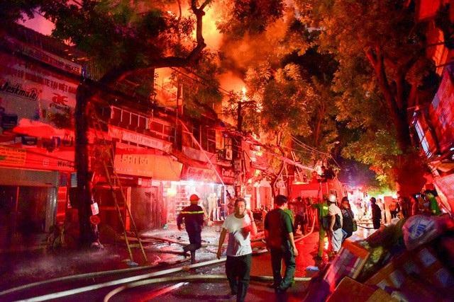 Lực lượng chức năng ứng cứu vụ hỏa hoạn gần Viện nhi Trung ương.