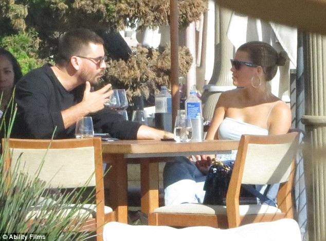 Scott Disick và bạn gái kém 16 tuổi Sofia Richie đi ăn trưa tại Los Angeles ngày 4/10 vừa qua