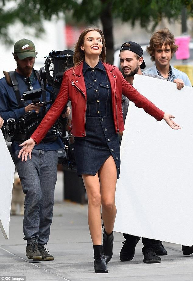 Cô diện váy Jeans trẻ trung, áo khoác da và bốt thấp cổ năng động
