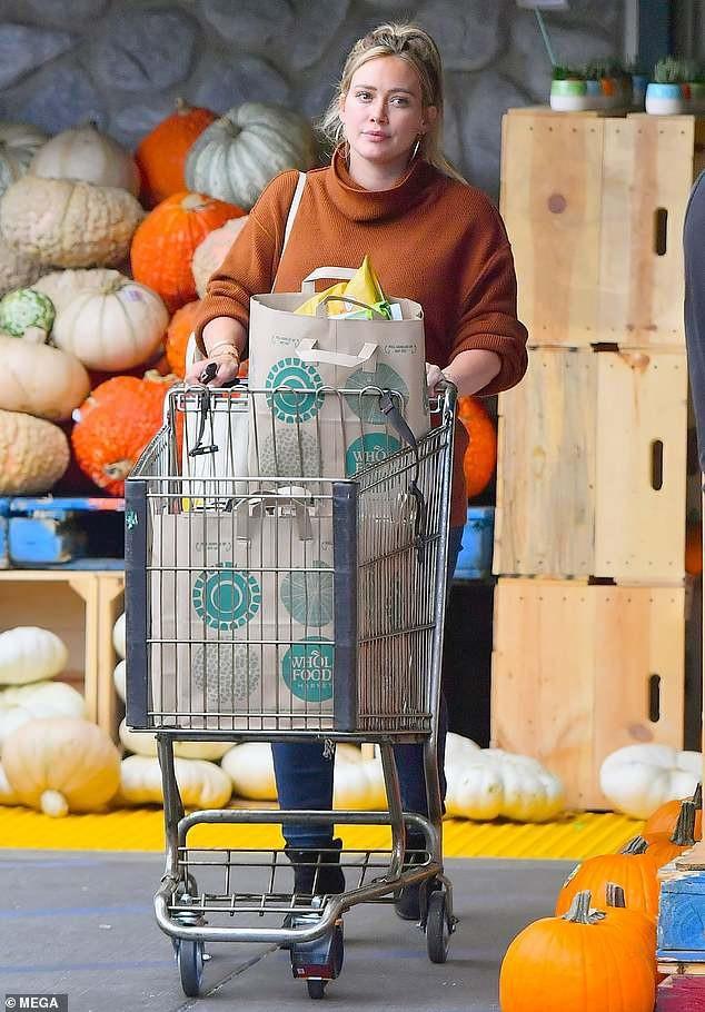 Hilary Duff bế bụng bầu đi siêu thị. Cựu sao teen của kênh Disney đang mang thai đứa con thứ 2 - một bé gái - với bạn trai mới Matthew Koma. Cô đã có một con trai với chồng cũ Mike Comrie. Nữ diễn viên 31 tuổi không có nhiều dự án điện ảnh hay âm nhạc lớn trong vài năm trở lại đây, thay vào đó cô giành thời gian chăm sóc tổ ấm của mình.