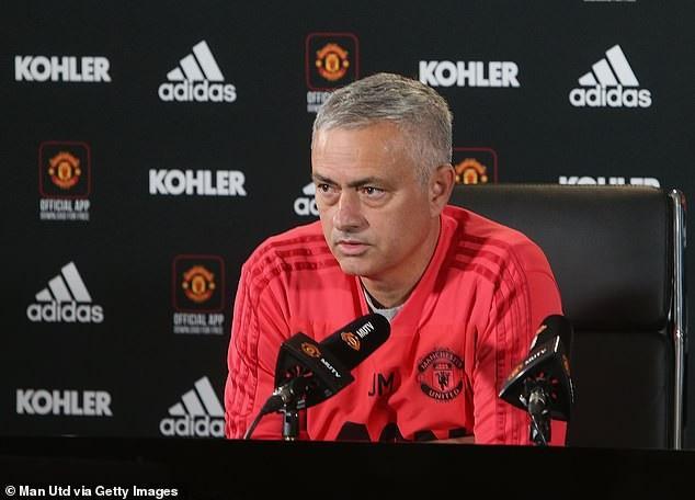 HLV Mourinho chỉ tham gia họp báo đúng 3 phút