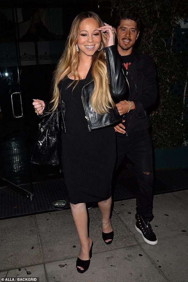 Diva Mariah Carey, 48 tuổi rạng rỡ đi ăn tối cùng phi công trẻ Bryan Tanaka, 35 tuổi. Nữ ca sỹ nổi tiếng diện cây đồ đen sành điệu xách theo túi Hermes đắt giá. Mimi dường như trẻ trung hơn sau khi hẹn hò với vũ công kém 13 tuổi. Nữ ca sỹ tài năng mới ra mắt đĩa đơn mới mang tên With You - một ca khúc pop ballad - dòng nhạc sở trường của cô.