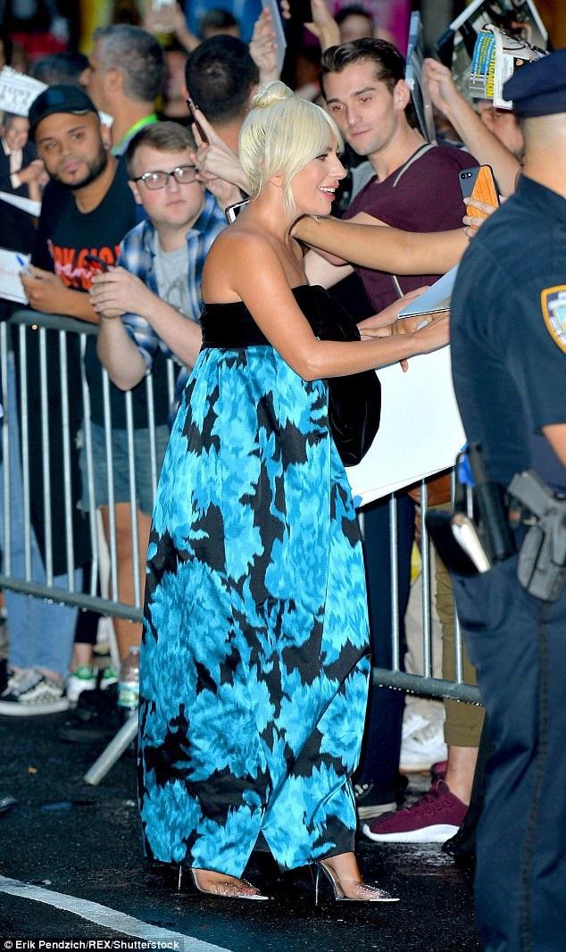 Lady Gaga thay đổi phong cách dịu dàng, nữ tính - 9