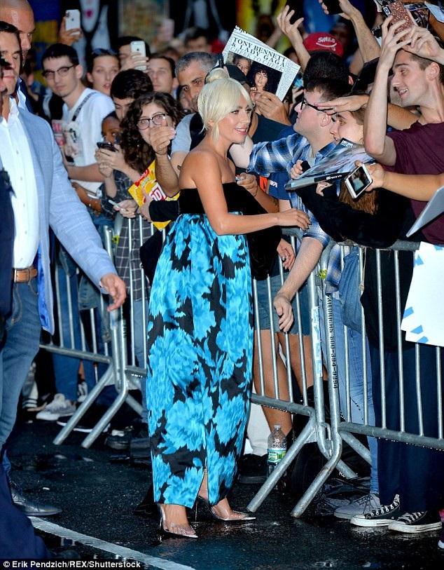 Lady Gaga được khán giả chào mừng. Trong bộ phim A Star Is Born, cô đảm nhiệm vai nữ chính cùng Bradley Cooper. Bộ phim được kỳ vọng sẽ thu về 40 triệu USD doanh thu phòng vé trong tuần đầu công chiếu.