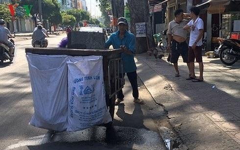 Hầu hết những người thu gom rác dân lập làm việc gần như liên tục và tổng số giờ làm việc trong tuần cao hơn so với Luật Lao động.