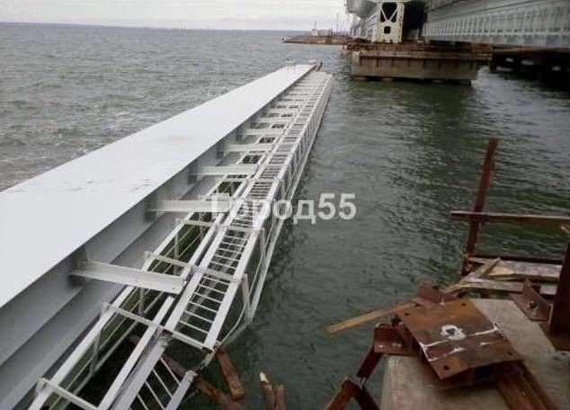 Phần cầu bị rơi xuống biển (Ảnh: Dailymail)