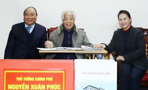 Thủ tướng Nguyễn Xuân Phúc và Chủ tịch Quốc hội Nguyễn Thị Kim Ngân đến thăm, chúc thọ nguyên Tổng Bí thư Đỗ Mười dịp xuân Mậu Tuất vừa qua.