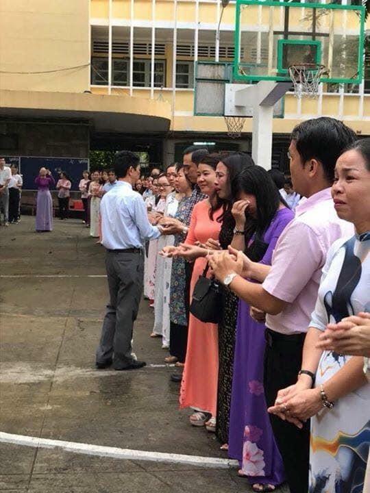 Thầy trò trường chuyên Trần Đại Nghĩa khóc như mưa chia tay thầy hiệu trưởng - 2