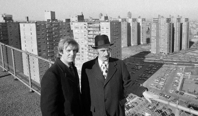Donald Trump chụp ảnh cùng cha tại Queens, New York vào đầu những năm 1970. (Ảnh: WSP)