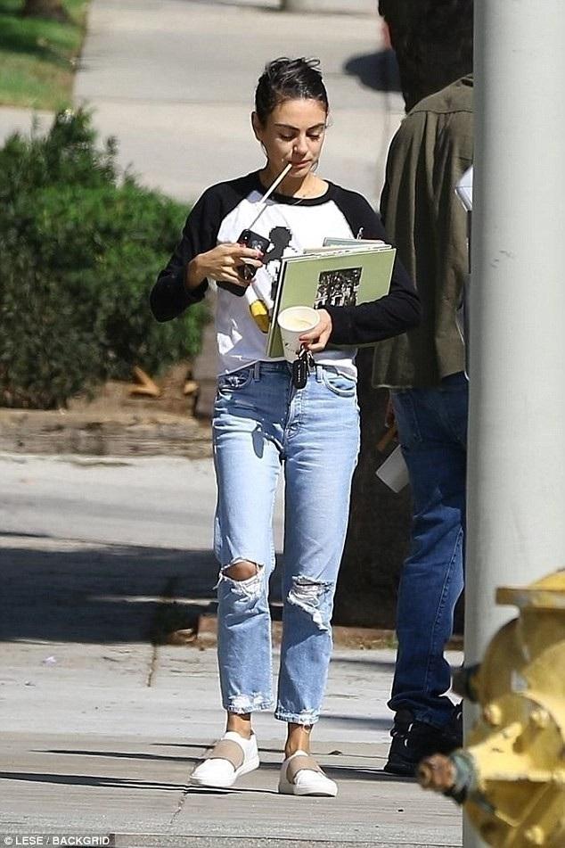 Mila Kunis đã sinh 2 đứa con, một bé gái 4 tuổi và một bé trai 1 tuổi cho Ashton Kutcher.