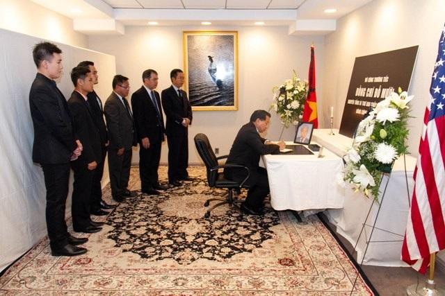 Đại diện Đại sứ quán Lào tại Hoa Kỳ đến viếng và ký sổ tang chia buồn