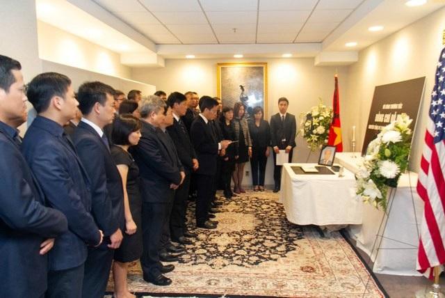 Đại sứ Hà Kim Ngọc và các nhân viên Đại sứ quán Việt Nam tại Hoa Kỳ tại lễ viếng nguyên Tổng Bí thư Đỗ Mười