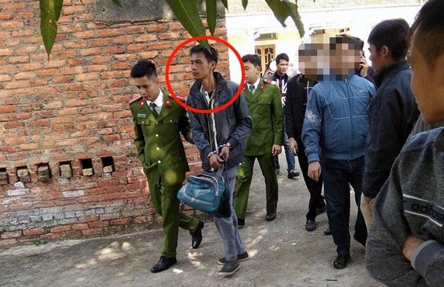 Cảnh sát dẫn giải Khoa đi thực nghiệm hiện trường vụ án.