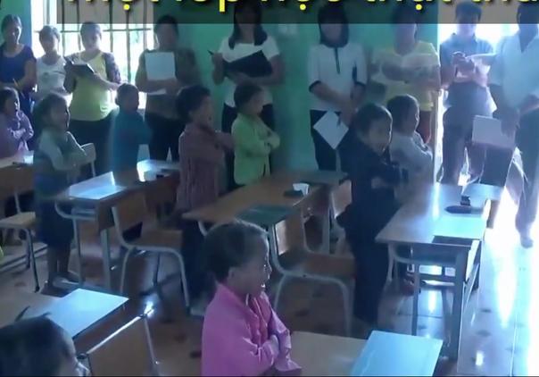 Học sinh đứng dậy phát biểu như một cái máy. (Ảnh cắt từ clip)