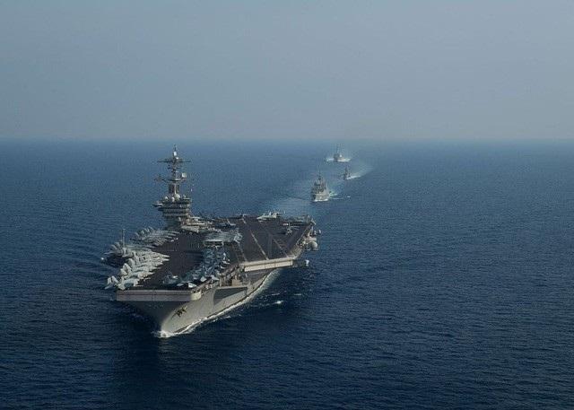 Tàu sân bay USS Theodore Roosevelt của Hải quân Mỹ dẫn đầu một nhóm tàu di chuyển trên Biển Đông ngày 6/4 (Ảnh: US Navy)
