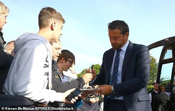 Huấn luyện viên Slavisa Jokanovic cho chữ ký người hâm mộ khi Fulham tới Craven Cottage